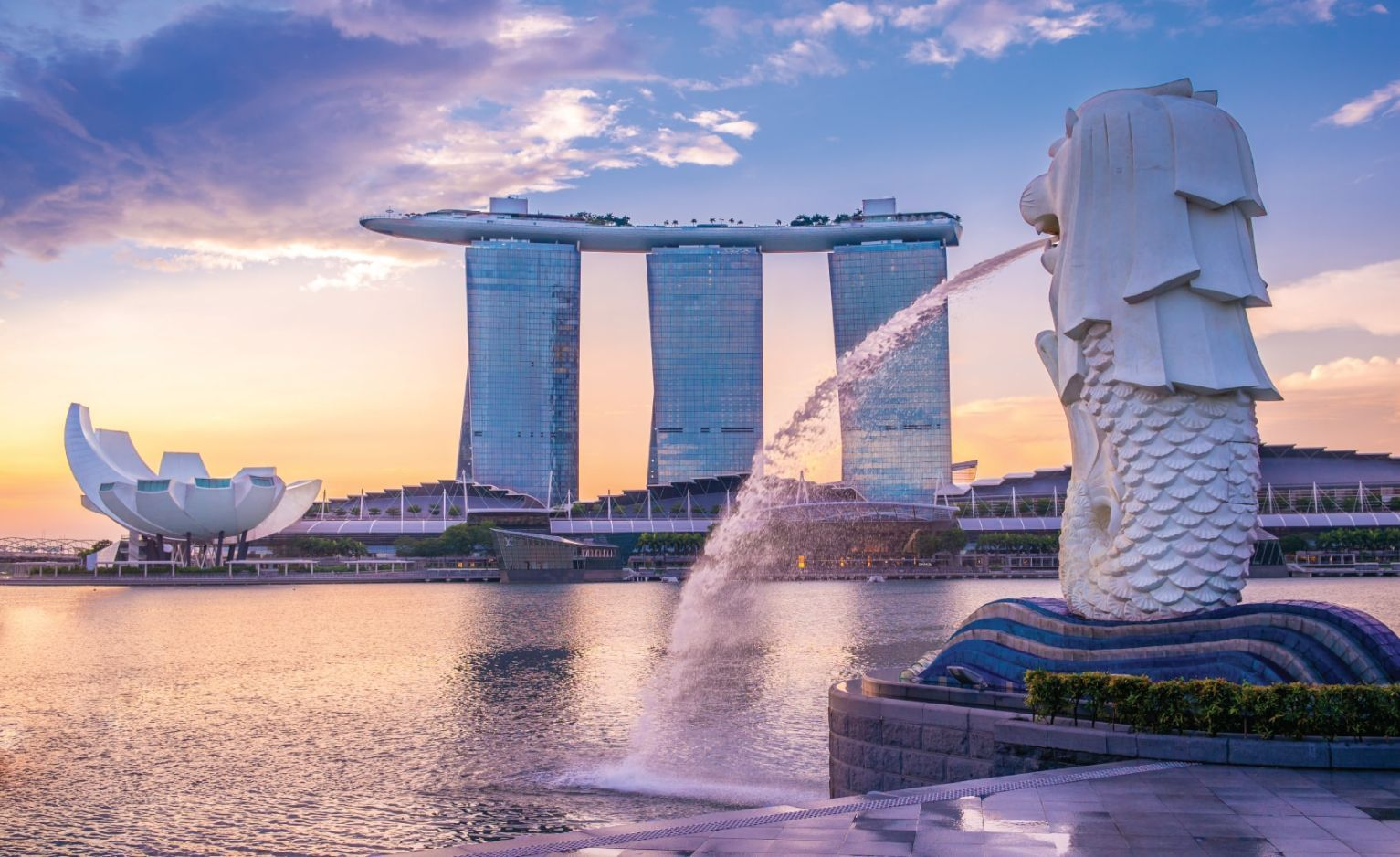 Sunrise at the marina in singapore with the iconic building, merlion